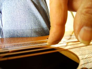 Il dito che si appoggia alla corda inferiore