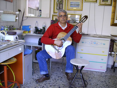 La chitarra tenuta in posizione classica
