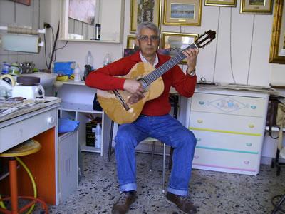 La chitarra tenuta in posizione flamenca