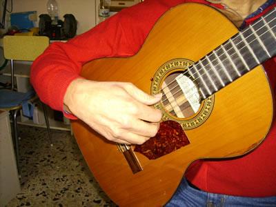 La posizione della mano destra nella chitarra