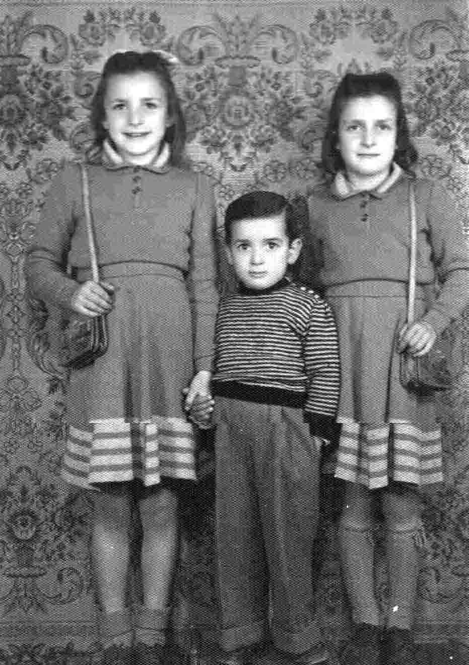 Stefano con le sue sorelle