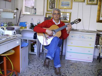 La chitarra tenuta in posizione classica e flamenca