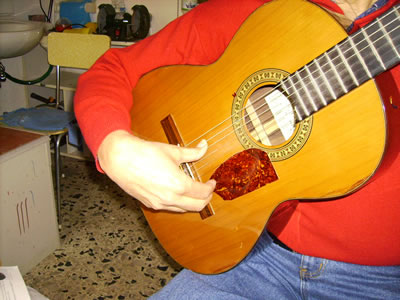 Posizione del pollice della mano destra nel canto