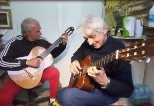 Findi e Giocatore mentre suonano la chitarra