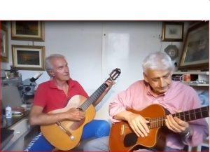 Findi e Giocatore studiano insieme la chitarra e si dilettano.