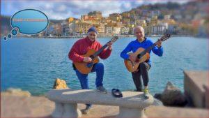 Findi e giocatore in relax con le loro chitarre