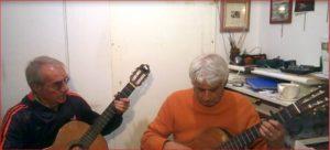 Findi e Giocatore studiano la chitarra