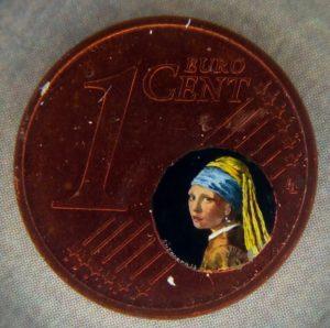 Riproduzione della La ragazza con l'orecchino dentro un centesimo