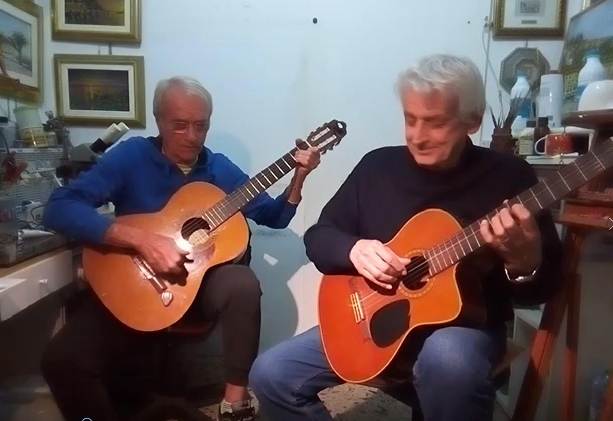 Findi e Giocatore mentre provano a improvvisare con la chitarra