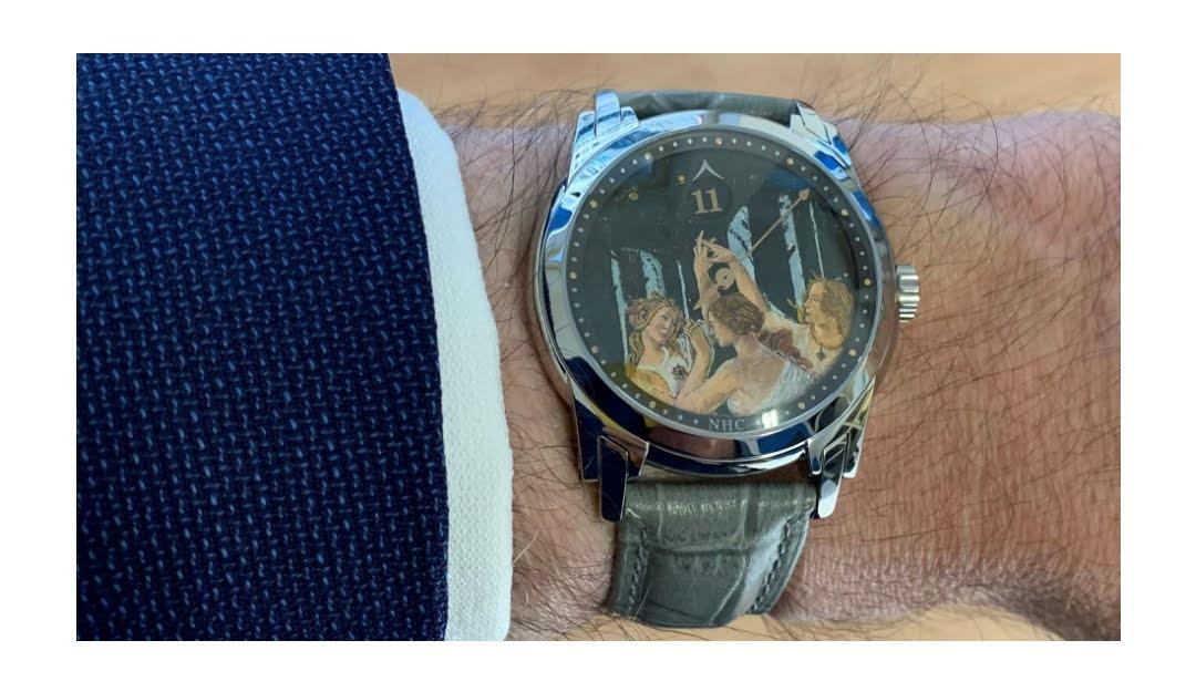 Quadrante di orologio dipinto con la riproduzione delle Tre Grazie di Sandro Botticelli.